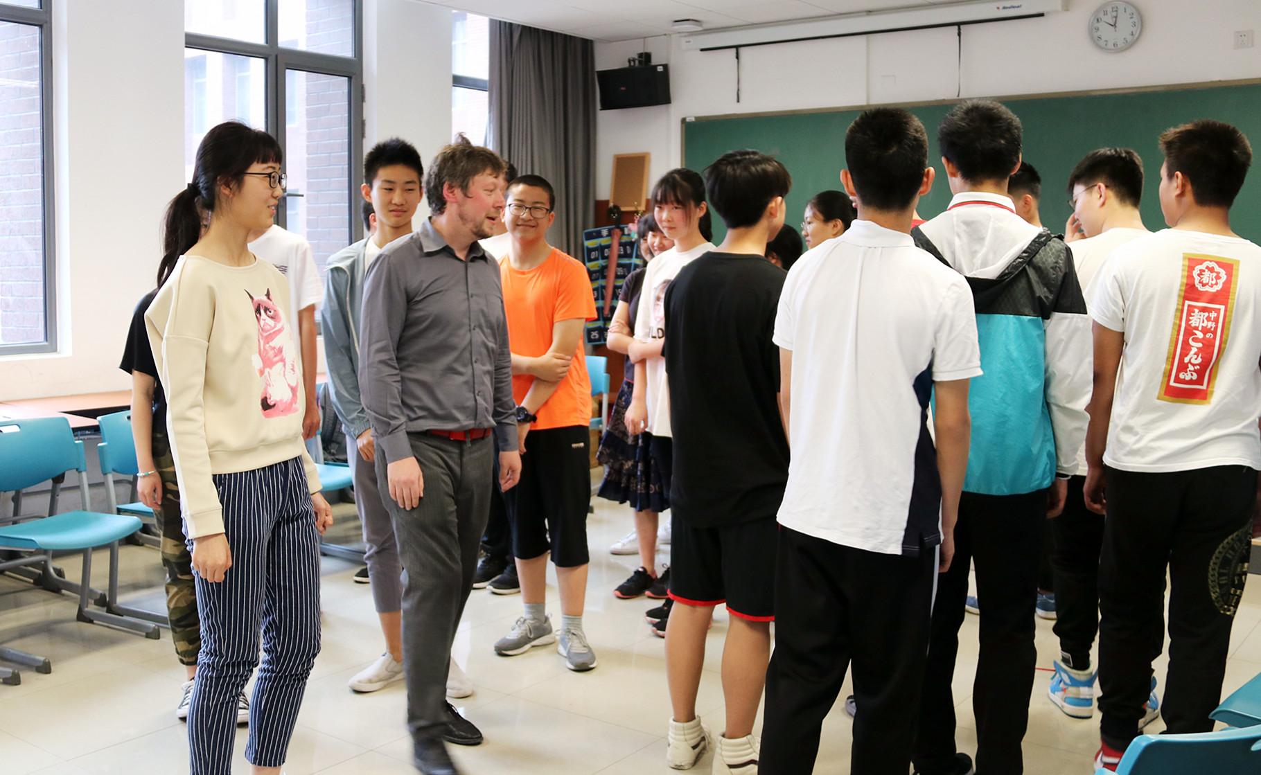 教学观察∣北京外国语大学国际高中周末班开课啦!中外精英教师倾情授课,以北外为起点,打开孩子们探索世界