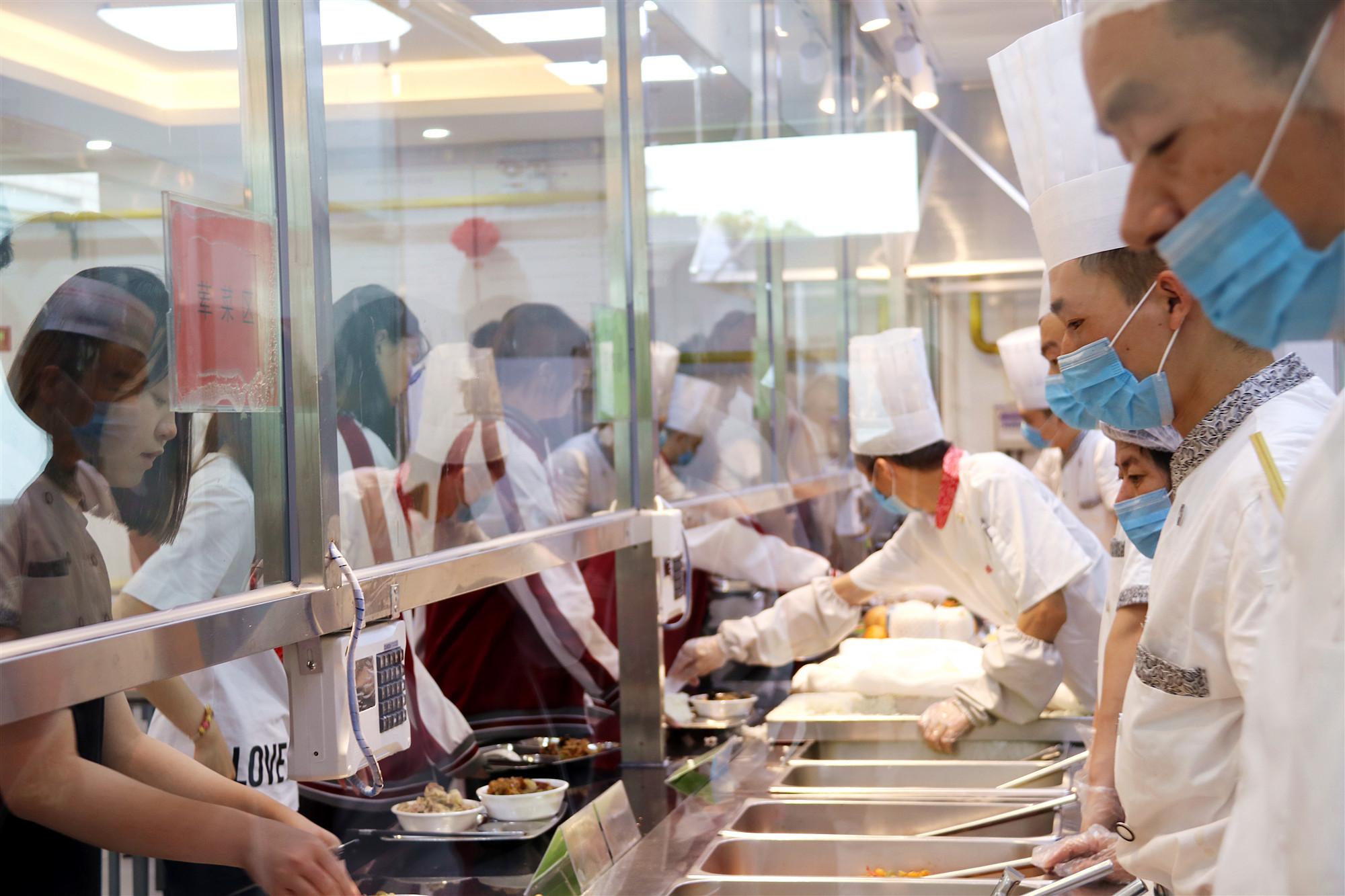 采访特辑∣舌尖上的北京外国语大学国际高中,探秘网红食堂的优秀后厨